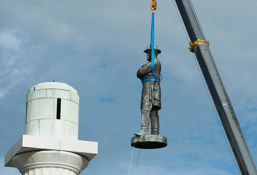 Photo of a statue of Robert E. Lee being removed from a pedestal